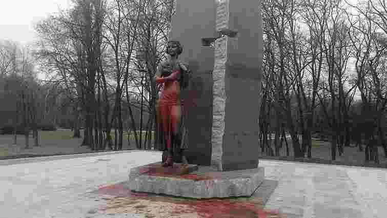 У Києві невідомі облили фарбою пам'ятник Олені Телізі