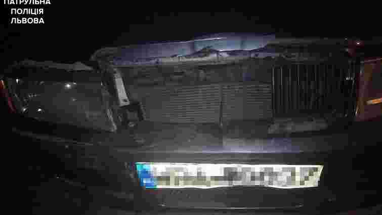 У Львові п'яний водій врізався у припарковану машину і втік з місця ДТП