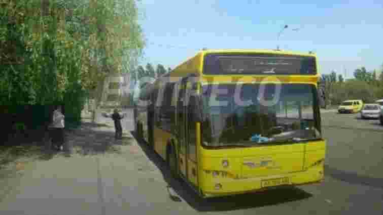 У Києві з травматичної зброї обстріляли маршрутний автобус