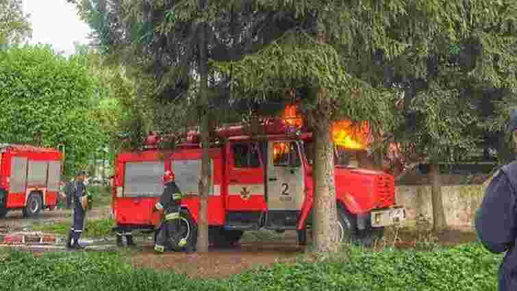 Біля військової частини у Львові згоріла закинута будівля