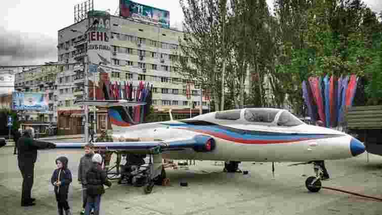 Бойовики привезли літак у кольорах «ДНР» на центральну площу Донецька