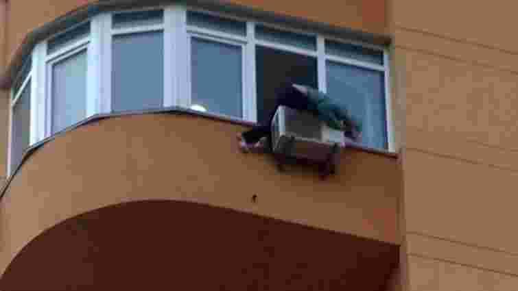 У Києві жінка зачепилась за кондиціонер, намагаючись вистрибнути з 11 поверху