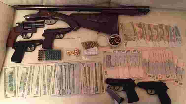 СБУ упіймала злочинців, які поштою продавали вивезену з АТО зброю