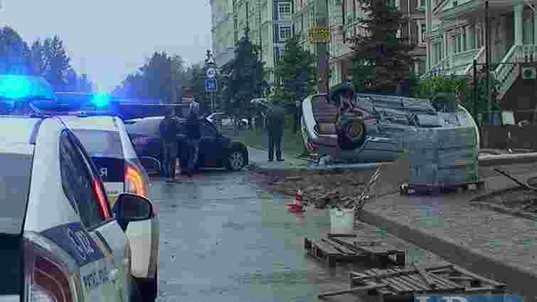 П'яний водій BMW, втікаючи від поліції в Києві, перекинувся і врізався в стовп