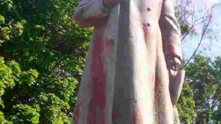 У Києві облили червоною фарбою пам'ятник радянському генералу Ватутіну