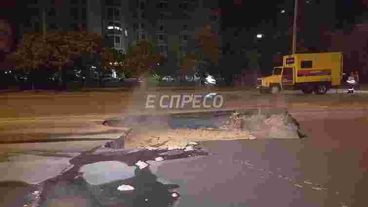 На київському проспекті Героїв Сталінграда провалився асфальт