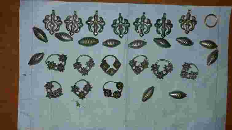 На Чернігівщині затримали «чорного археолога» з ювелірними прикрасами часів Київської Русі