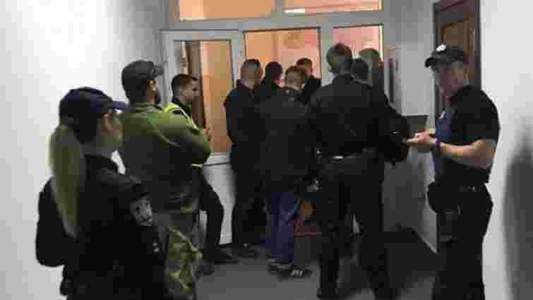 У Києві група людей захопила кабінет голови Держгеонадр