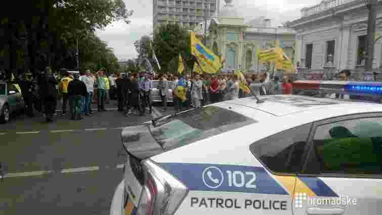 У Києві власники авто з іноземною реєстрацією перекрили вулицю біля ВРУ