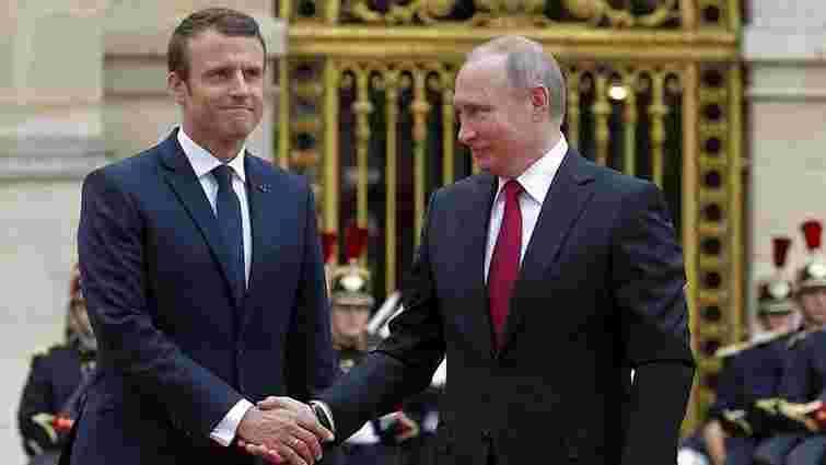 Макрон попередив Путіна про посилення санкцій у разі загострення на Донбасі
