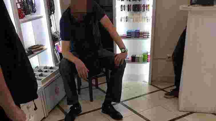 Продавчиня крамниці у центрі Львова самостійно затримала злодія