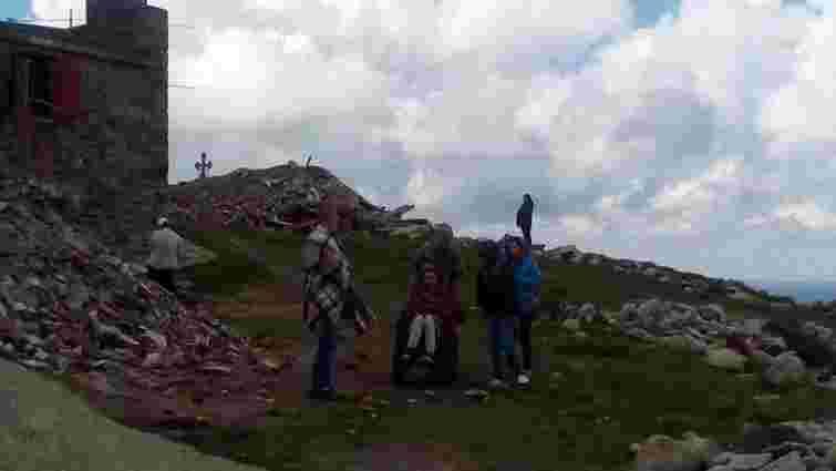 Відома волонтерка Яна Зінкевич підкорила вершину гори Піп Іван на інвалідному візку