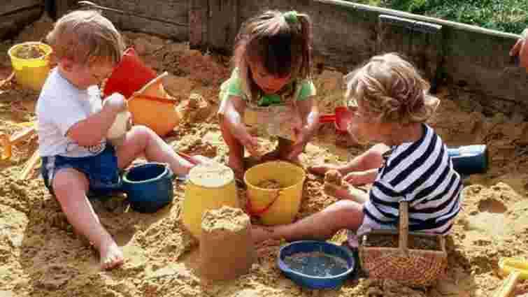 Пісочниці у трьох львівських парках виявилися безпечними для дітей