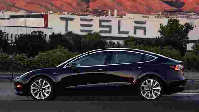 Ілон Маск опублікував фото першого готового електрокара Tesla Model 3