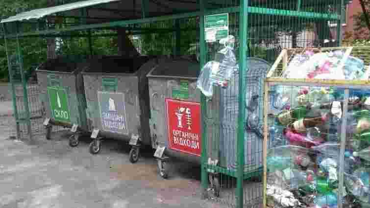 На прибрані контейнери ТПВ у Львові почали клеїти наліпки для роздільного сортування сміття