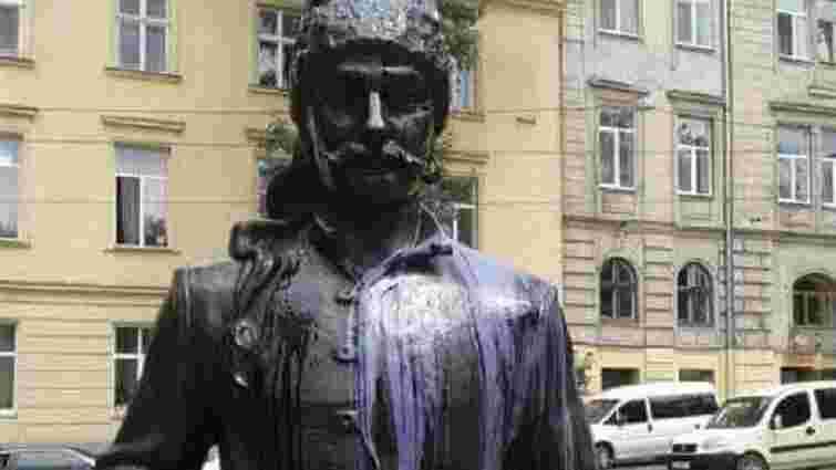 У Львові невідомі облили фіолетовою фарбою пам'ятник Юрію Кульчицькому