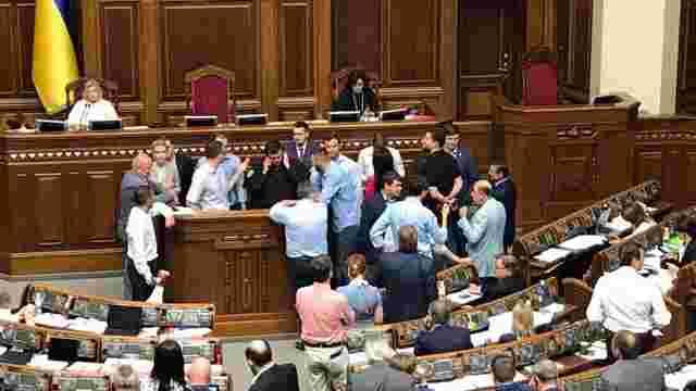 Депутати блокують трибуну ВР з вимогою проголосувати за зняття депутатської недоторканості