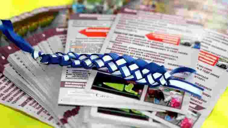 Поліцейські влаштували в Стрию майстер-клас для дітей з виготовлення браслетів-світловідбивачів