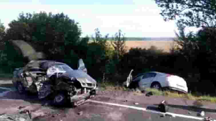 Внаслідок лобового зіткення автомобілів на Львівщині загинули троє людей