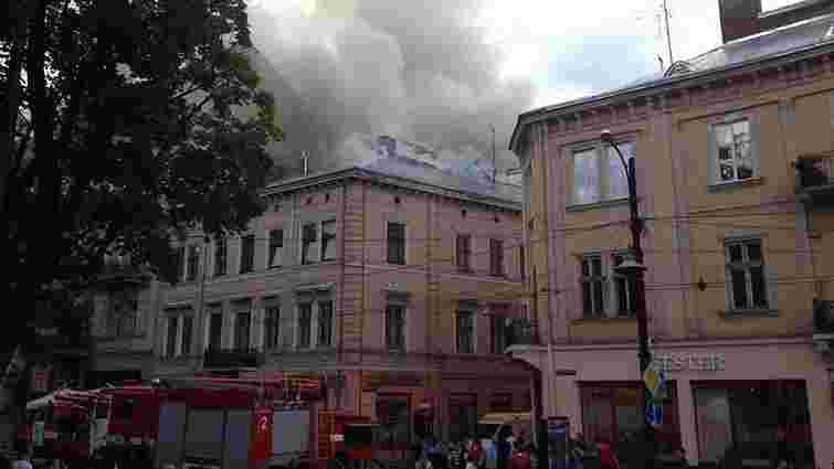 На просп. Свободи в центрі Львова загорівся триповерховий будинок