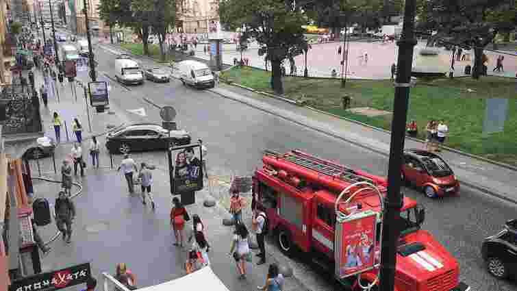 У квартиру в центрі Львова, яка вчора горіла, знову викликали рятувальників