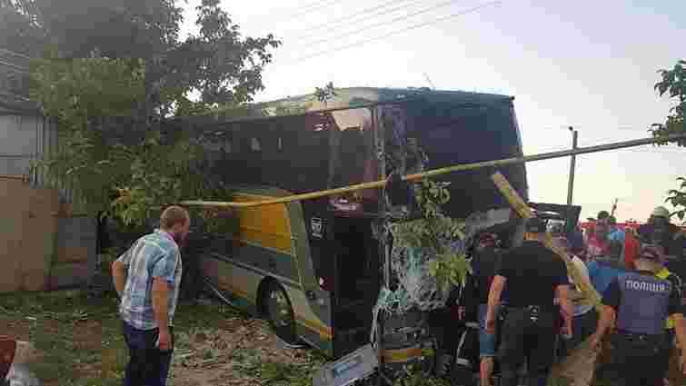 Під Чернівцями зіткнулися маршрутка і туристичний автобус, є загиблі і постраждалі