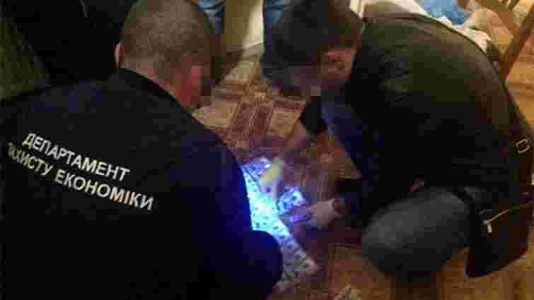 Під час обшуків у директора львівського похоронного бюро вилучили $90 тис.