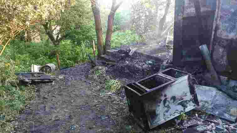 У Рудному під час пожежі у металевому вагончику згоріла людина