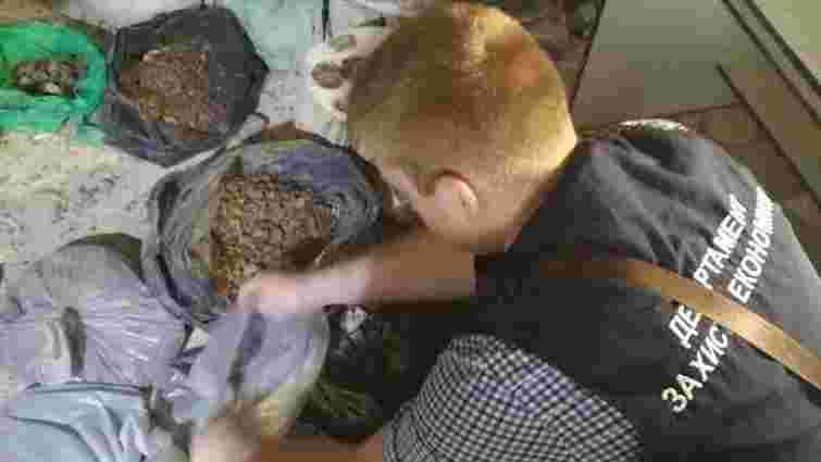 На Волині викрили підпільний цех обробки бурштину