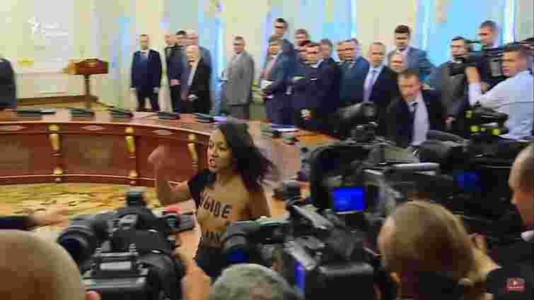 Активістка Femen спробувала зірвати зустріч президентів України та Білорусі