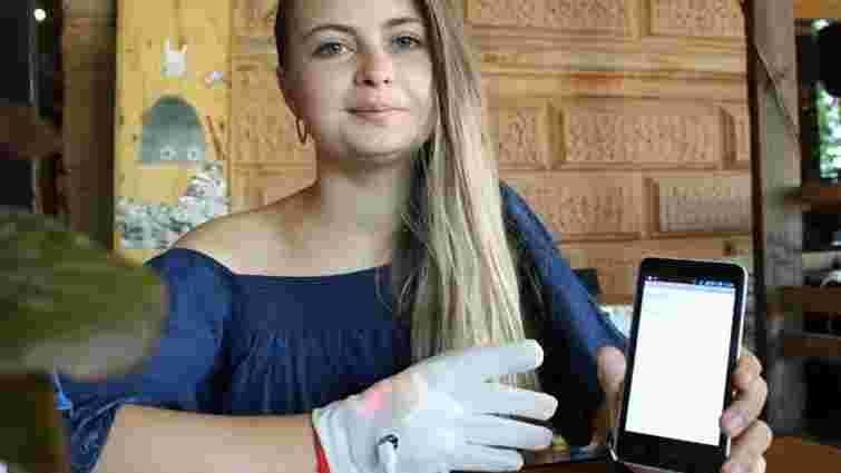 Тернопільська студентка створила рукавицю, яка озвучує мову жестів через смартфон