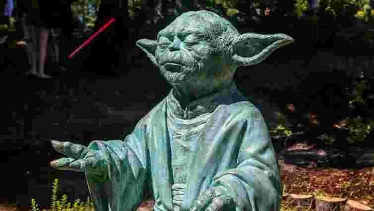 У ботанічному саду Києва з'явилась алея із статуєю магістра Йоди