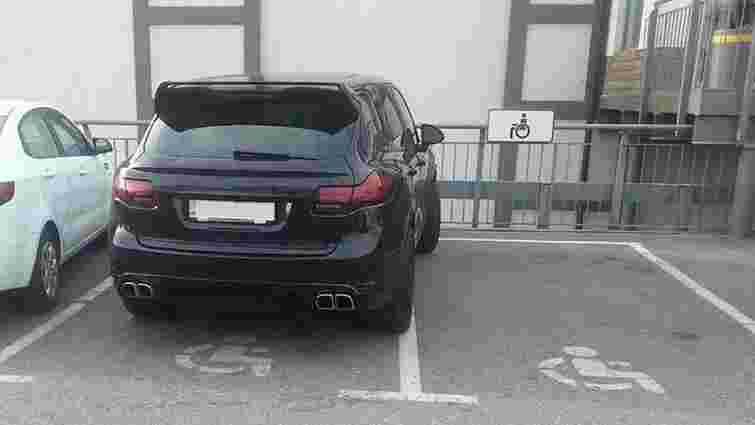 Порошенко підписав закон про збільшення штрафів за паркування на місцях для людей з інвалідністю