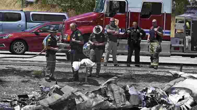 Легкомоторний літак впав на шосе у США