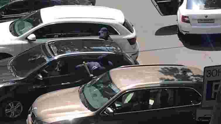 В Одесі озброєні злочинці пограбували підприємця біля виходу з банку