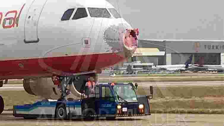 У Стамбулі град розбив лобове скло і носову частину українського літака
