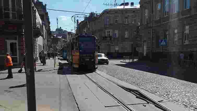 У Львові через спеку ремонтували трамвайну колію