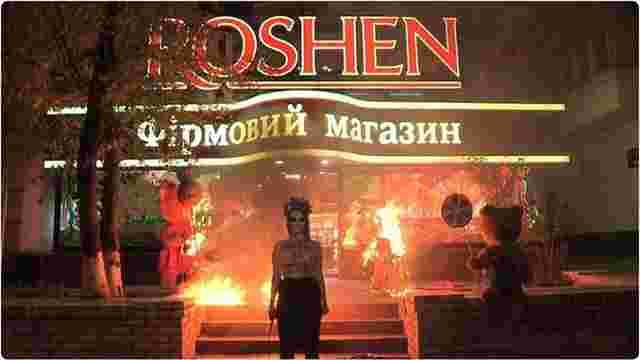 Активістка Femen у Києві спалила фігури ведмедів біля входу до крамниці Roshen