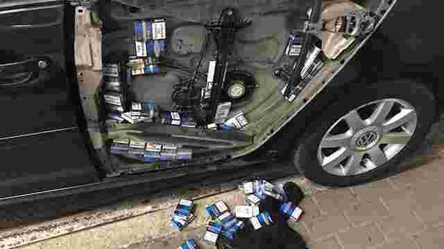 В автомобілі мешканця Львівщини службовий собака виявив понад 300 пачок сигарет