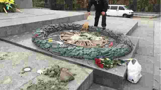 У Києві вандали залили цементом Вічний вогонь на могилі Невідомого солдата
