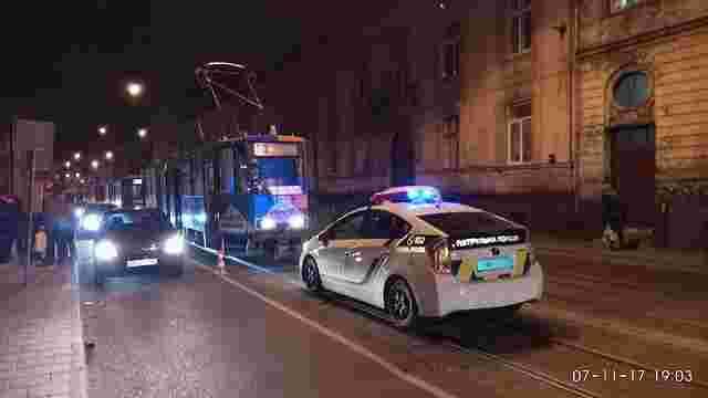 На трамвайній зупинці у Львові травмувався 74-річний чоловік