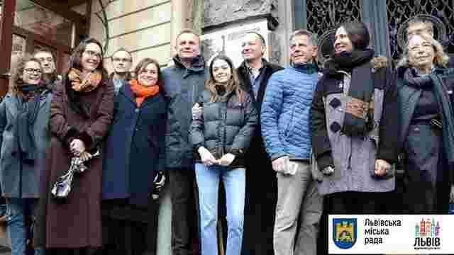 На фасад трьох львівських будинків встановили інформаційні таблиці відомим юристам