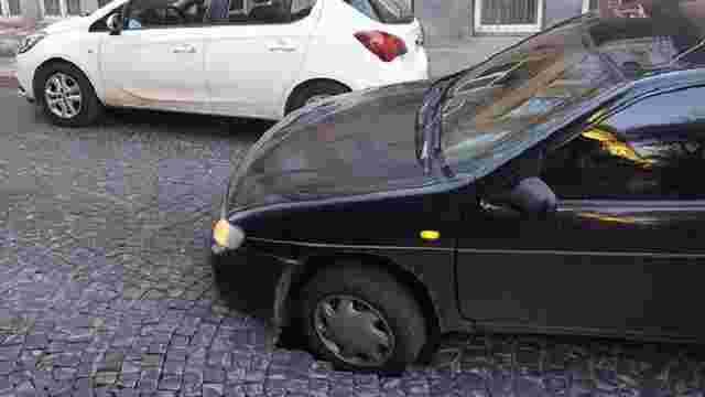 На вул. Чернігівській під колесами машини провалилася бруківка