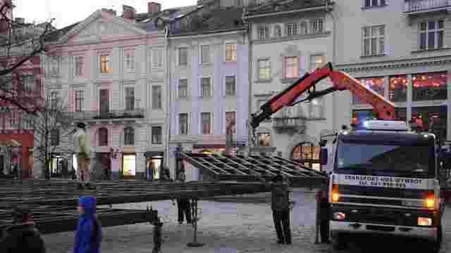 У центрі Львова почали облаштовувати ковзанку