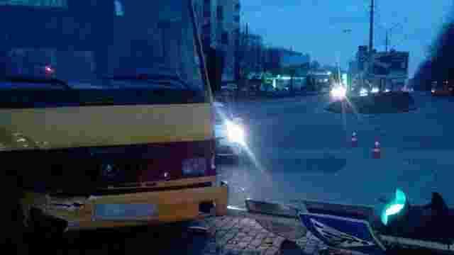Після зіткнення з Mercedes маршрутка знесла світлофор на вул. Науковій