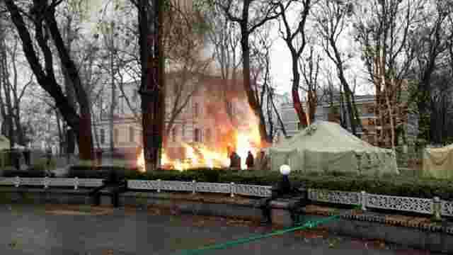 У Маріїнському парку в Києві згорів намет протестувальників