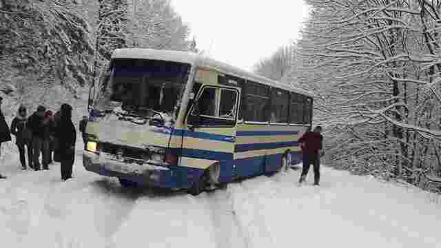 На Сколівщині маршрутка ледь не злетіла в кювет з нерозчищеної від снігу дороги