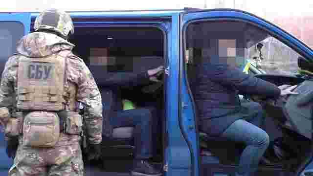 Двох працівників митного поста «Смільниця» затримали на хабарі
