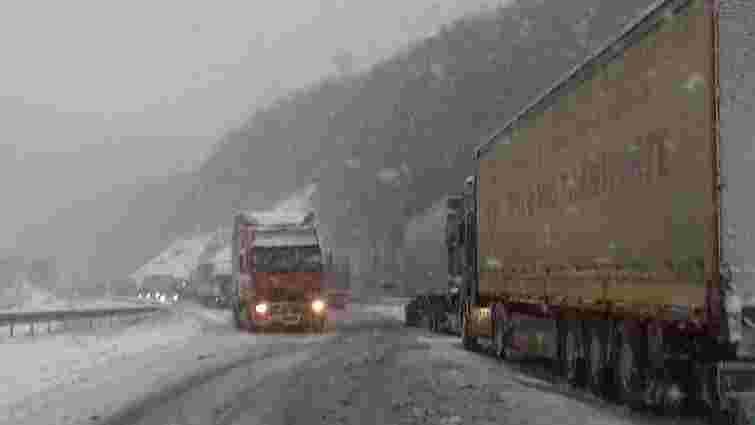 На Закарпатті через сніг утворилися кілометрові затори на трасах
