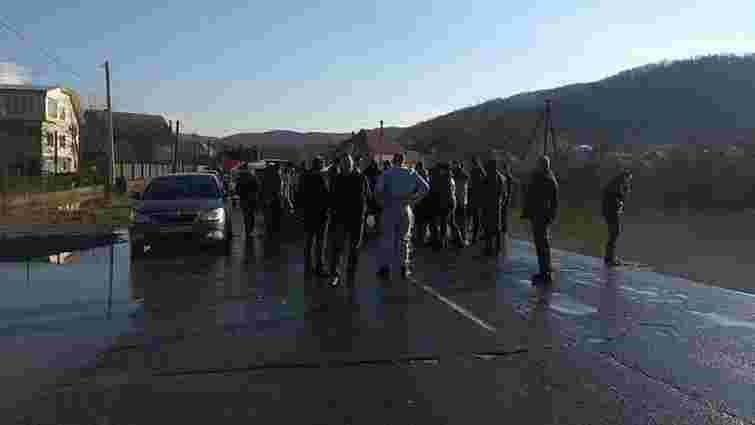 На Закарпатті селяни перекрили трасу, бо ніхто не приїхав відкачувати воду після паводку